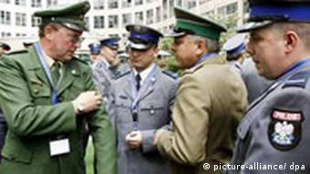A German police officer talks to colleagues from the Polish police force.
