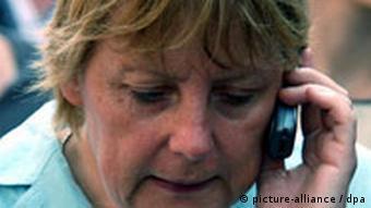 Die CDU-Bundesvorsitzende Angela Merkel telefoniert am 16.07.2003 in Haan mit einem Handy