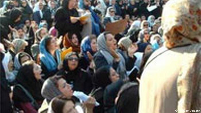 فعالان حقوق زنان از هر فرصتی برای تجمع خیابانی و پس گرفتن عرصه عمومی که در حقیقت از آنها گرفته شده بود، تلاش میکردند.