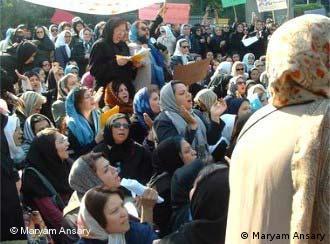 عکس از آرشیو: یکی از تجمعات زنان در ایران در اعتراض به قوانین تبعیض آمیز