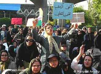 صحنهای از تظاهرات زنان در تهران برای رفع تبعیض جنسیتی. عکس از آرشیو