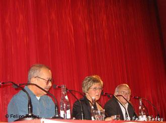 A tradutora Ray-Güde Mertin, entre João Ubaldo Ribeiro e Luis Fernando Verissimo