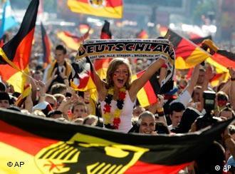 Torcedores alemães após vitória contra Costa Rica