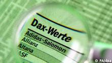 Durch eine Lupe gesehen sind die Namen deutscher Unternehmen, die im DAX (Deutscher Aktienindex) zusammengefasst sind, am 05.03.2003 auf der Wirtschaftsseite einer Tageszeitung zu sehen.