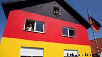 BdT Fußball Haus in Schwarz-Rot-Gold