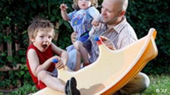 Symbolbild Elterngeld Vater mit Kleinkindern