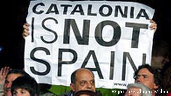 Plakati nogometnih navijača s natpisom Katalonija nije Španjolska
