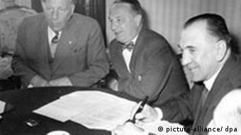 Fußball: UEFA-Exekutiv-Komitee tagt in Köln 1957 Das Exekutiv-Komitee der Europäischen Fußball-Union (UEFA) tagt am 28.02.1957 in Köln, um über die Pläne für die Fußball-Europameisterschaft zu beraten. Mit dabei (v.l.): DFB-Präsident Dr. Peco Bauwens, ein nicht identifizierter Funktionär und der Ungar Gusztav Sebes.