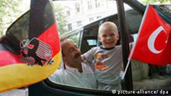 WM Fußball Deutschland Fan mit Flagge Türkei