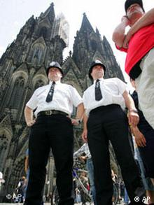 WM Fußball Bobbys vor Kölner Dom Bilder des Tages 19.06.2006
