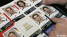 Panini-Fußball-Sammelbilder mit deutschen Nationalspielern werden am 09.05.2006 in Köln in ein Sammelalbum geklebt. Die Bilder (z. B. in Form von Stickern, Karten oder Sammelkarten) werden entweder in eigenen Hüllen oder mit Waren wie Schokoriegeln oder Kaugummis zusammen verkauft. Ein bekannter Verlag für Sammelbilder ist der Panini Verlag. In seinem Sortiment befinden sich unter anderem auch Sticker zur Fußball-Bundesliga, zu Fußball- Weltmeisterschaften oder -Europameisterschaften. Foto: Jörg Carstensen +++(c) dpa - Report+++