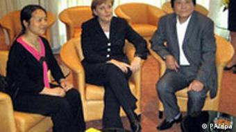 Bundeskanzlerin trifft bei jedem Besuch in China Vertreter der Zivilgesellschaft. Wie hier auf dem Foto das Autorenpaar Chen Guidi und Wu Chuntao im Mai 2006 (Foto: dpa)