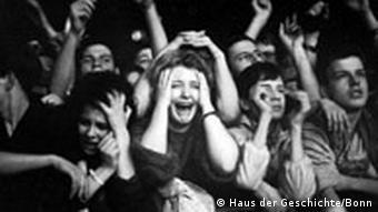 Undatierte Aufnahme von Fans die schreien und kreischen