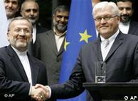 Steinmeier (dcha) con Manutschehr Mottaki, su homólogo iraní en Berlín, junio de 2006.