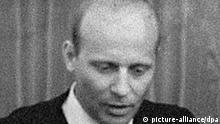 Auf einen Empfang für Künstler und Wissenschaftler am 04.09.1965 in Bayreuth gesellte sich zu später Stunde auch der SPD-Vorsitzende Willy Brandt. Vordere Reihe (l-r) die Schauspielerin Agnes Fink, die Schriftstellerin Ingeborg Bachmann und Rut Brandt, dahinter (l-r) der Regisseur und Schauspieler Bernhard Wicki, der Schauspieler und Regisseur Fritz Kortner, der Komponist Hans Werner Henze, der Schriftsteller Günter Grass, Willy Brandt und der Berliner Wirtschaftssenator Karl Schiller. Foto: Karl Schnörrer +++(c) dpa - Report+++ picture-alliance/ dpa