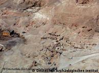 صورة جوية لمنطقة ذراع ابو النجا ويظهر فيها بقايا الهرم المكتشف