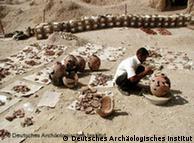 عمليات الترميم الخاصة بالاواني الفخارية التي عثر عليها في المنطقة