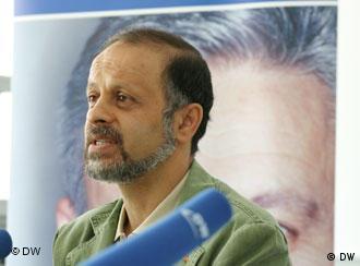 اکبر گنجی - او در تبعید هم مورد تهدید است