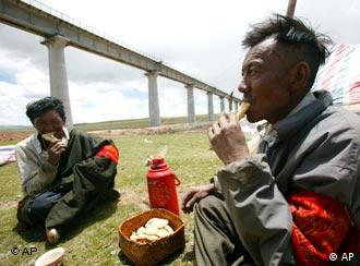 چین برای دسترسی به منابع انرژی منطقه خط آهن میسازد