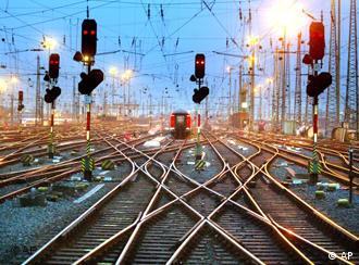 Schienen fuehren zum Hauptbahnhof in Frankfurt/Main (Foto: AP)