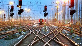 Schienen fuehren zum Hauptbahnhof in Frankfurt/Main, aufgenommen am 6. Maerz 2003 Symbolbild Deutsche Bahn Schienenweg Möglicher Börsengang der Deutschen Bahn