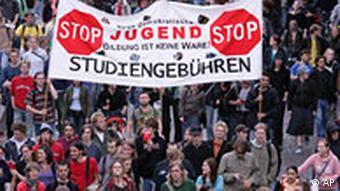 Studenten demonstrieren am Dienstag, 28. Juni 2006 in Hamburg gegen die Einfuehrung von Studiengebühren