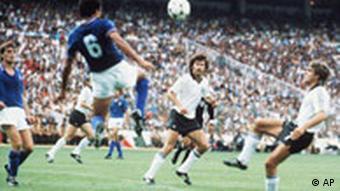 Claudio Gentile čisti situaciju ispred talijanskog gola u srazu s Nijemcima na SP-u 1982. u Španjolskoj