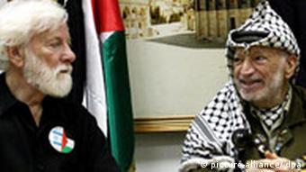 Uri Avnery bei einem Treffen mit Jassir Arafat (Foto: DPA)