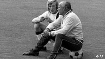 Netzer mit seinem Trainer und väterlichen Freund Weisweiler (Foto: AP)