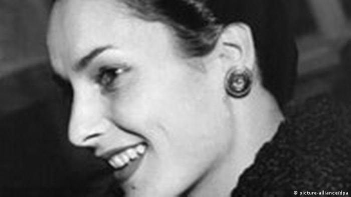 Portrait im Profil: Miss Germany 1950 Susanne Erichsen lächelt jemand zu.