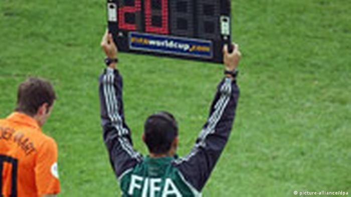 Fußball Auswechslung Auswechslungstafel (picture-alliance/dpa)