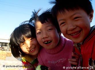 Drei lachende kleine chinesische Kinder, aufgenommen am 12.04.2003 in Peking.