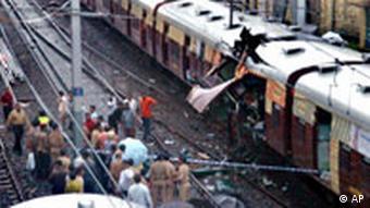 Zerstörter Zug bei schweren Anschlägen in Bombay im Juli 2006