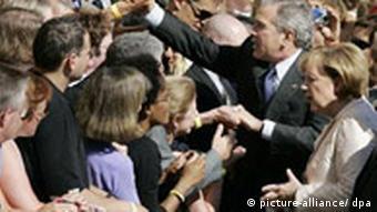 US-Präsident George W. Bush Besuchsreise in Stralsund Bad in der Menge auf dem Marktplatz