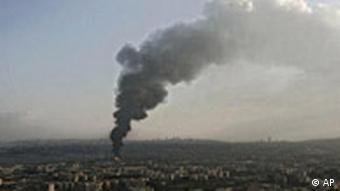 Brennende Öltanks Rauchsäule Israelische Raketen treffen den Flughafen (Rafik Hariri International Airport) in Beirut, Libanon