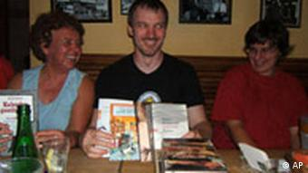 BookCrossers in Köln Rechte bei dw/Louisa Schaefer Book Crossing Books Hand