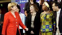 Bundeskanzlerin Angela Merkel, links, spricht am Freitag, 14. Juli 2006, mit Teilnehmern des Integrationsgipfels im Kanzleramt in Berlin