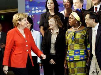 Angela Merkel discute integração com representantes de várias nacionalidades