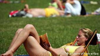 Lektüre beim Sonnenbad