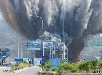 Einschlag einer israelischen Rakete im Libanon