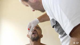 Liječnik pregledava muškarca