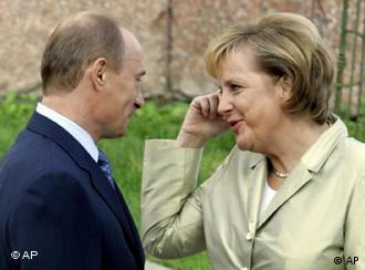 Президент России Владимир Путин и канцлер Германии Ангела Меркель на саммите G-8 в Санкт-Петербурге