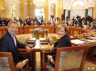 Der britische Premier Tony Blair (l.) und Bundeskanzlerin Angela Merkel am Montag in St. Petersburg