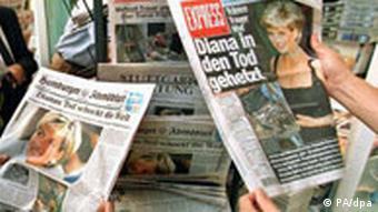 Zeitungen mit Bildern von Diana, nach dem Unfall 1997