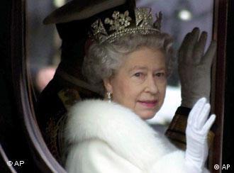Die britische Königin fährt in einer Kutsche und winkt