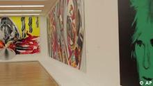 The Guggenheim Collection Eine künstliche Barriere aus blauem, rotem und blauem fluoreszierendem Licht des Künstlers Dan Flavin steht am Donnerstag, 20. Juli 2006, in der Bundeskunsthalle in Bonn