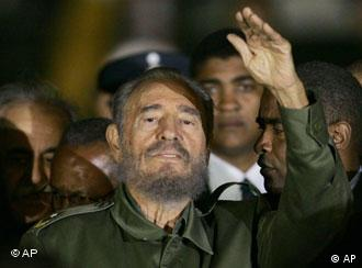Fidel Castro, con una clara expresión de cansancio en su rostro, a su llegada a Argentina.