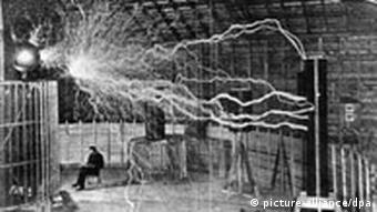 Tesla u svom laboratoriju u Rocky Mountains. Eksperiment s bežičnim prenosom energije