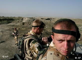 Afganistan'ın güneyindeki yabancı birliklerin komutasını NATO devralıyor
