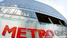 Die neue Konzernzentrale der Metro Group in Düsseldorf (Archivfoto vom 22.03.2006). Der größte amerikanische Einzelhandelskonzern Wal-Mart zieht sich aus Deutschland zurück. Wie die Unternehmen am Freitag (28.07.2006) mitteilten, übernimmt die Düsseldorfer METRO AG die deutschen Aktivitäten von Wal-Mart. Foto: Rolf Vennenbernd dpa/lnw +++(c) dpa - Report+++